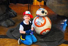 Lexington, Ky USA - mars 11, 2018 - den Lexington komiker & Toy Con Young Boy poserar med den mekaniska roboten BB8 från Star War royaltyfri bild