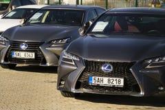 Lexus-Autos vor der Verkaufsstelle, die am 25. Februar 2017 in Prag, Tschechische Republik errichtet Lizenzfreies Stockfoto