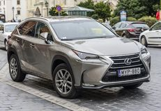 Lexus NX op de straten van Boedapest wordt geparkeerd dat Stock Fotografie