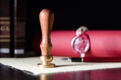 Ley, abogado, sello del notario público y pluma en el escritorio fotos de archivo
