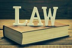 Ley blanca de la muestra sobre el libro rojo fotos de archivo libres de regalías