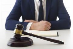 Ley, consejo y concepto de los servicios jurídicos Abogado y abogado que tienen reunión del equipo en el bufete de abogados foto de archivo libre de regalías