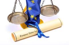 Escalas de la justicia, bandera de unión europea y ley de la unión europea Fotos de archivo