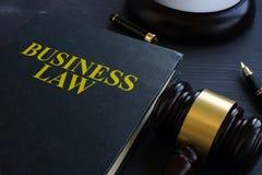 Ley de negocio y mazo en una corte imagen de archivo libre de regalías