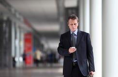 Ley de pensamiento del hombre de negocios sobre el teléfono celular Imagen de archivo