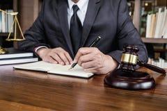 Ley legal, concepto del consejo y de la justicia, mazo del juez con los abogados de la justicia, consejero en traje o abogado que imagen de archivo