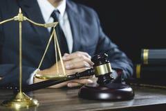 Ley legal, mazo del juez con consejo de los abogados de la justicia con el mazo y escalas de la justicia, del consejero o del abo foto de archivo libre de regalías