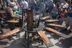 Leyde, Pays-Bas - 28 juillet 2018 : Saumons frais de tabagisme pendant photographie stock