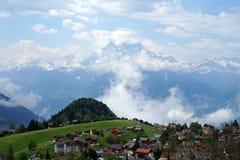 Leysin by i de schweiziska fjällängarna Royaltyfria Bilder