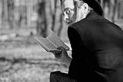 Lezajsk, Польша - около март 2011: Правоверный еврейский человек молит внутри Стоковая Фотография RF