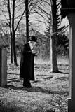 Lezajsk, Польша - около март 2011: Правоверный еврейский человек молит внутри Стоковые Изображения