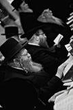Lezajsk, Polonia - circa hombre judío ortodoxo de marzo de 2011 ruega adentro foto de archivo