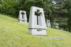 Lezaky monument, gravar på äng royaltyfria bilder