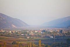 Lezha en stad i dalen som omges av berg albacoren royaltyfri foto
