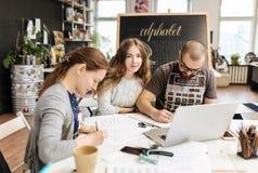 Lezing en opleiding in kalligrafiebureau voor een groep mensen royalty-vrije stock foto