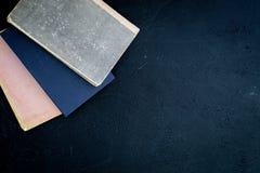 Lezing en zelfontplooiing Oude boeken op de donkerblauwe ruimte van het achtergrond hoogste meningsexemplaar Royalty-vrije Stock Afbeeldingen
