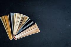 Lezing en zelfontplooiing Oude boeken op de donkerblauwe ruimte van het achtergrond hoogste meningsexemplaar Stock Foto's