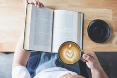 Lezingsboek met koffie stock afbeeldingen