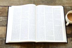 Lezingsboek op houten lijst Stock Fotografie