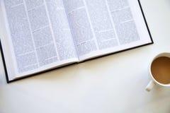 Lezingsboek op lijst Stock Afbeeldingen