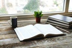 Lezingsboek op lijst Stock Foto's