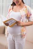 Lezingsboek voor aanstaande moeders Royalty-vrije Stock Foto's