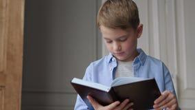 Lezingsboek voor onderwijs van leuk kind of lerende schooljongen stock video