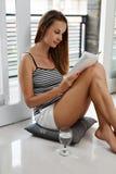 Lezingsboeken Vrouw die Boek van Huis genieten Recreatie, Vrije tijdsactiviteit Stock Foto