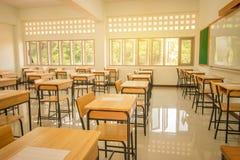 Lezingsruimte of School leeg klaslokaal met bureaus en stoelijzer Stock Foto's