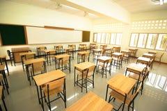 Lezingsruimte of School leeg klaslokaal met bureaus en stoelijzer Stock Foto