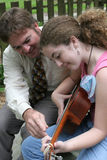 Lezione 2 della chitarra della figlia del padre Immagine Stock