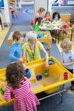 Lezione creativa della scuola materna fotografia stock