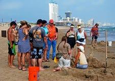 Lezione del castello della sabbia sulla spiaggia Immagini Stock Libere da Diritti