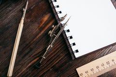 Lezione del disegno, bussole, righello, taccuino sullo scrittorio del ` s dello studente Fotografia Stock Libera da Diritti