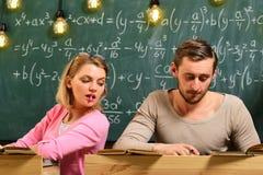 Lezione della scuola con la donna e l'uomo Di nuovo al banco Istruzione scolastica moderna Giorno di scuola con le coppie intelli Immagine Stock Libera da Diritti