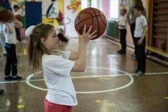 Lezione di educazione fisica dei bambini dei gradi elementari dentro immagini stock