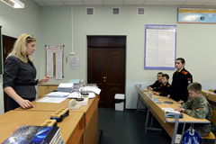 Lezione di fisica nel corpo del cadetto della polizia Fotografia Stock