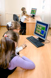 Lezione di informatica a scuola primaria Immagini Stock Libere da Diritti