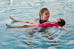 Lezione di nuoto del bambino Fotografie Stock