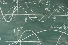 Lezione di per la matematica della scuola trigonometria Grafici di funzione della lavagna immagine stock libera da diritti