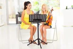 Lezione di violino della ragazza Immagini Stock