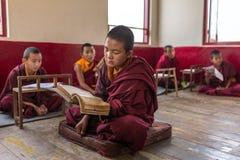 Lezione per i monaci del principiante nel monastero buddista di Tsuglakhang in Gangtok, India immagini stock