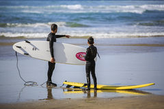Lezione praticante il surfing Fotografie Stock