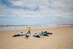 Lezione praticante il surfing vicino a Peniche Fotografia Stock