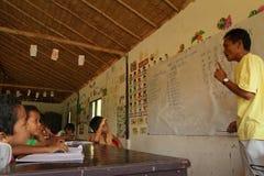 Lezione in un banco per i bambini del rifugiato Immagini Stock