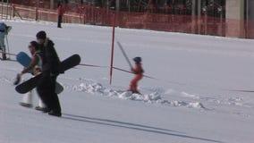 Lezioni dello snowboard e dello sci in Saalbach-hinterglemm Austria archivi video