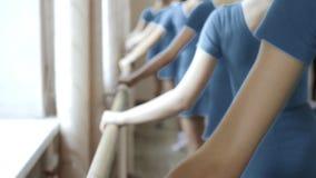 Lezioni di dancing della ballerina stock footage