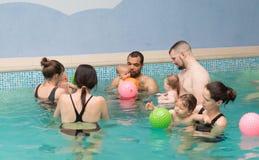 Lezioni di nuoto del bambino Fotografia Stock
