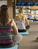 Lezioni di yoga di aviva delle donne Immagini Stock