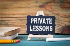 Lezioni private, concetto di istruzione piccolo bordo di legno con gesso sulla tavola Immagini Stock